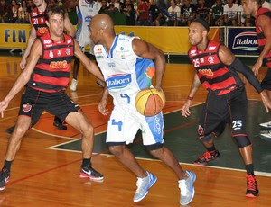 Basquete Marcelinho e Teague do Flamengo (Foto: Divulgação / Sérgio Domingues/HRD Photo)