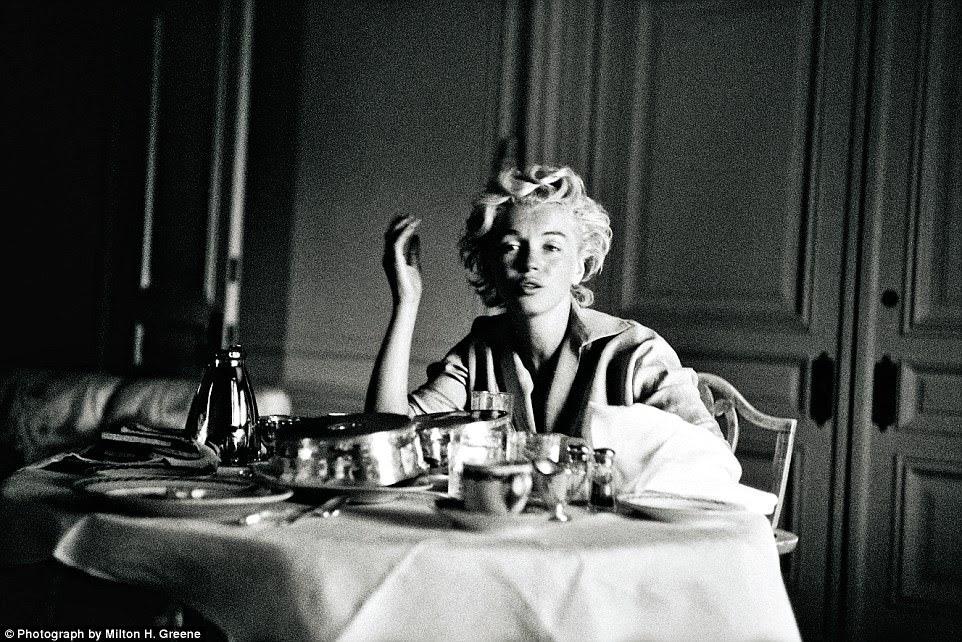 Tray chic: Uma foto sincera de Monroe em seu quarto de hotel em Nova York, 1954. Mais tarde, ela se mudou para a casa dos Greens Connecticut