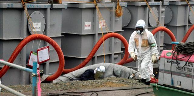 Un trabajador en la planta nuclear de Fukushima. | Efe