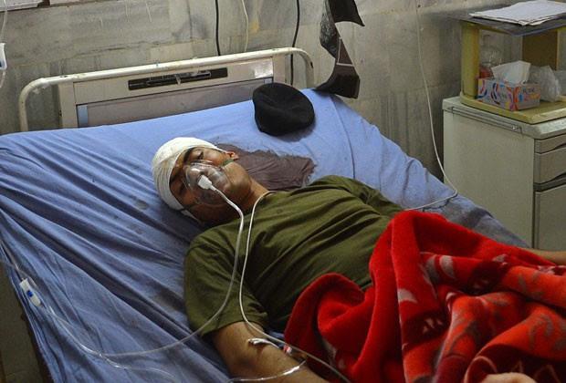Soldado paquistanês que sobreviveu a execução é tratado em hospital neste domingo (30) (Foto: AFP)