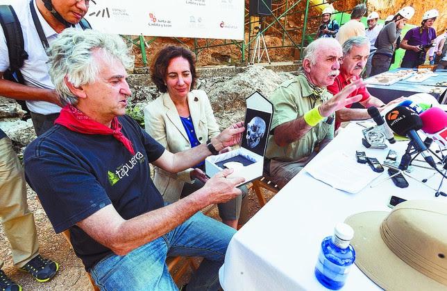 Arsuaga muestra a la consejera el resto de cráneo hallado en la Sima de los Huesos. Alberto Rodrigo