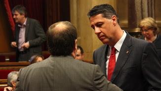 García Albiol parlant amb Junqueras aquest dijous al Parlament (ACN)