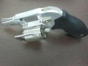 Arma apreendida com o suspeito durante a briga em São José dos Campos. (Foto: Suellen Fernandes/G1)