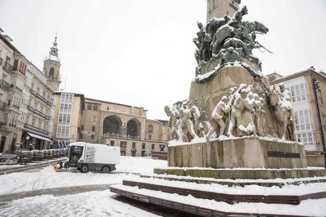 Máquina quitanieves limpiando la plaza de la Virgen Blanca de Vitoria