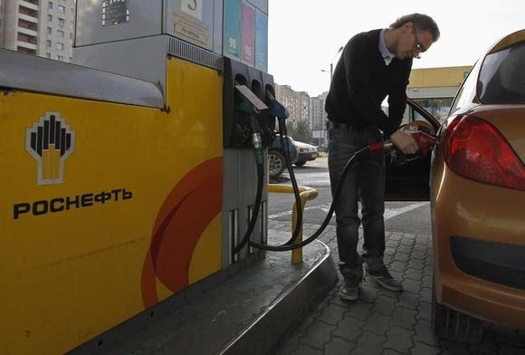 A man fills a tank of his car at the fuel station of Russian state oil firm Rosneft in St. Petersburg, October 18, 2012. REUTERS/Alexander Demianchuk