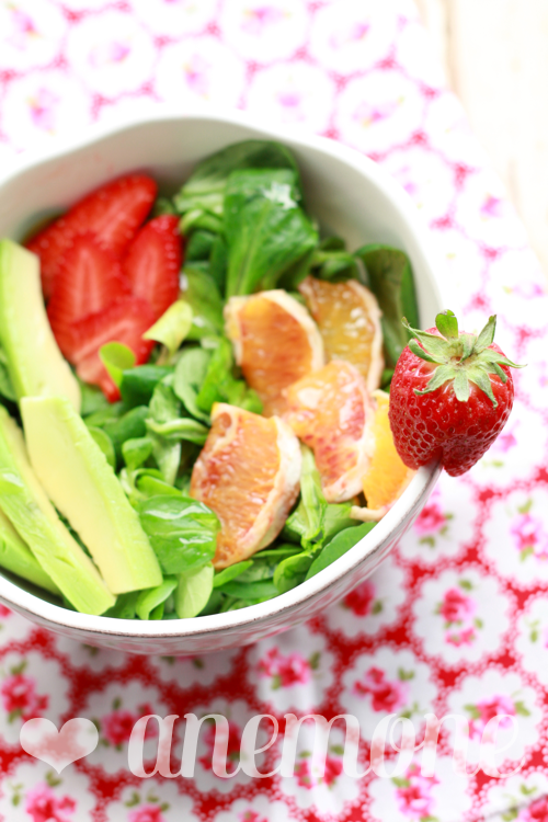 Insalata con fragole, arancia e avocado