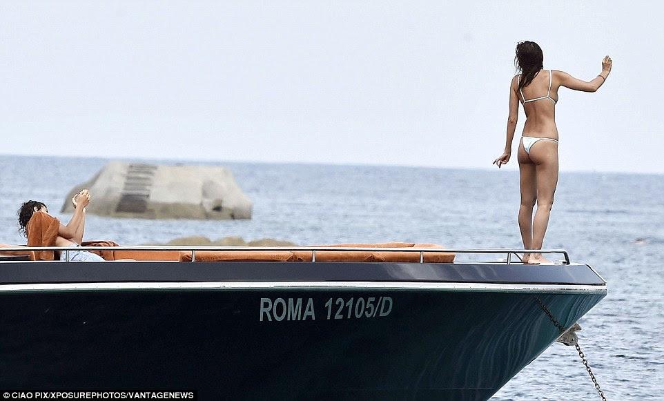 Uma pose: Irina posou para uma foto do feriado candid na proa do navio