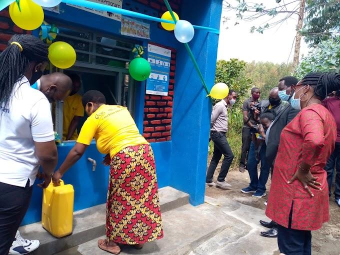 Nyabihu: Abaturage bamwenyuye nyuma yo guhabwa amazi meza (Amafoto) #rwanda #RwOT