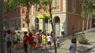 Preparatius a l'escola Barrufet del barri de Sants de Barcelona