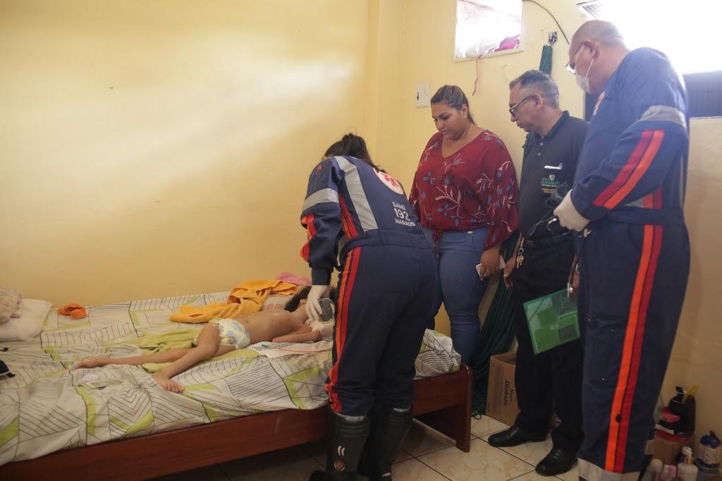 Resultado de imagem para Criança com hidrocefalia abandonada em quitinete será levada a abrigo; mãe é liberada