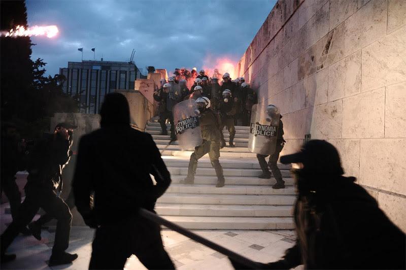 Άγρια επεισόδια έξω από τη Βουλή: Φωτιά σε φυλάκιο του Άγνωστου Στρατιώτη - Εικόνα 2