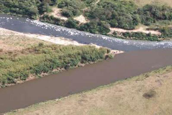 Encontro entre afluentes que poluem o Rio das Velhas / Foto: Projeto Manuelzão