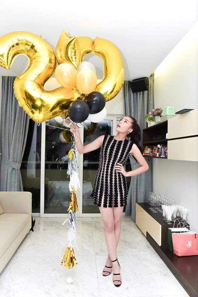 Hoa hậu Kỳ Duyên ăn mặc gây tranh cãi trong sinh nhật xa hoa - Ảnh 1.