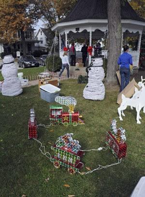 Voluntários decoram o 'Adams Street Park' para criar um clima de Natal na cidade. (Foto: AP Photo/News Herald, Jonathon Bird)