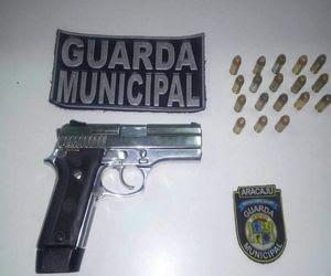Pistola foi encontrada com menores (Foto: CMA)