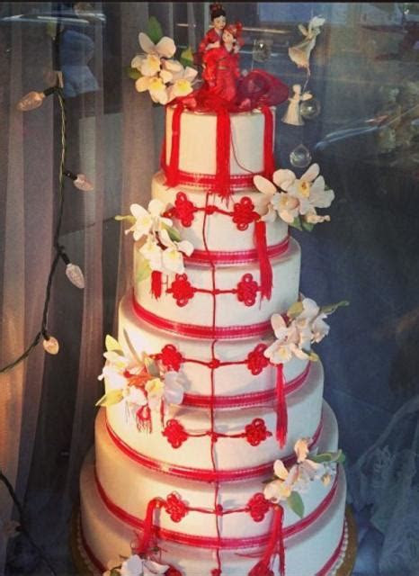 7 tier round white wedding cake with Chinese red theme and