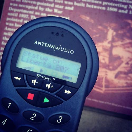 turistar loss med audioguide i högsta hugg