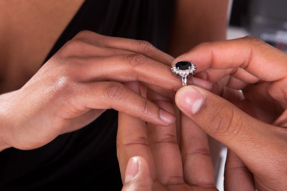 Resultado de imagen para engagement rings hand