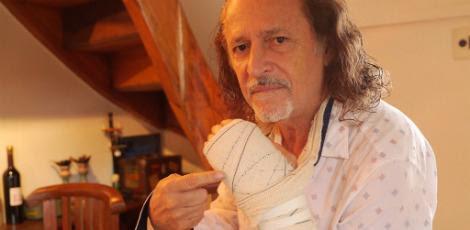 Cantor sofreu fratura na mão esquerda / Foto: Daniel Valença/Facebook