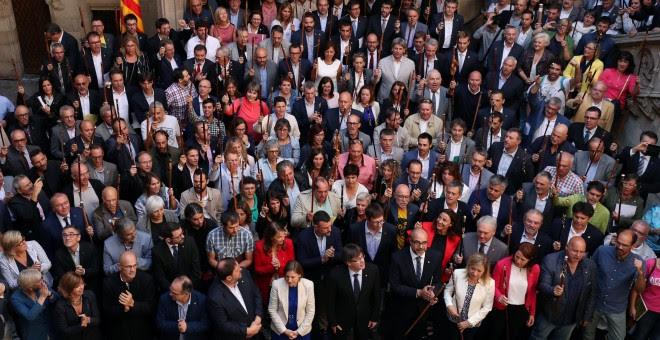 Puigdemont y Colau reciben a los más de 700 alcaldes citados por la fiscalía por apoyar el referéndum de 1 de octubre./REUTERS