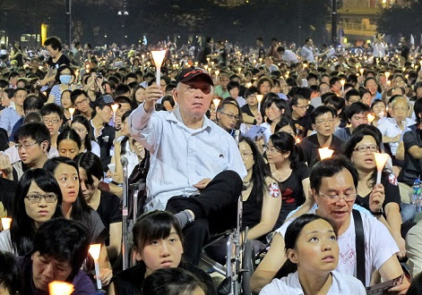 <p>Thousands of people packed Victoria Park to commemorate the 'Tiananmen Incident'</p>