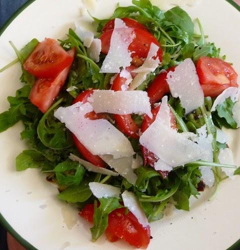 Chez loulou photo du jour salade de roquette aux tomates et copeaux de parmesan - Salade de tomates simple ...
