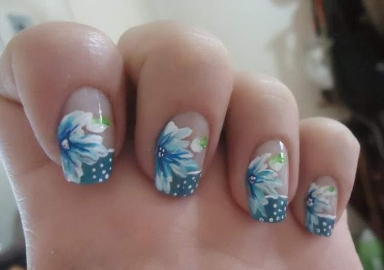 modelo de decoração de unhas com flores