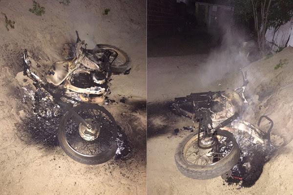 População queimou moto que pertencia ao suspeito de assassinar psicóloga nesta sexta-feira (22) em São Gonçalo do Amarante