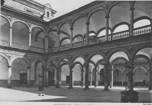 Patio del Hospital Tavera a comienzos del siglo XX. Foto Aldus