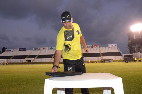 O técnico Moacir Júnior iniciou os trabalhos no ABC e hoje à noite terá seu primeiro contato com a torcida no estádio Frasqueirão