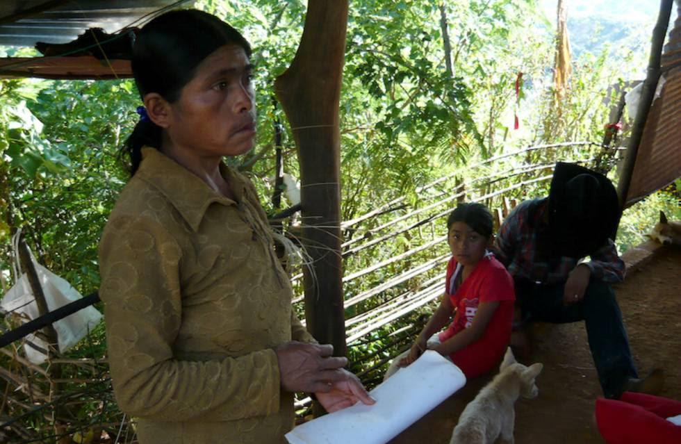 Angelina Méndez gana menos de un dólar al día tejiendo sombreros de palma.