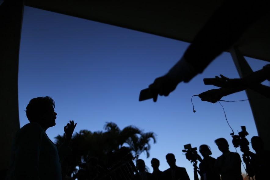 A petista concede entrevista a jornalistas no Palácio do Planalto. O local escolhido para os pronunciamentos de campanha gerou polêmica – e foi criticado até pelo ministro do Tribunal Superior Eleitoral, Dias Tóffoli