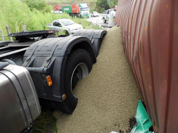 Entre veículos envolvidos, um estava carregado com carga de café em Varginha (Foto: Claudiniz Oliveira)