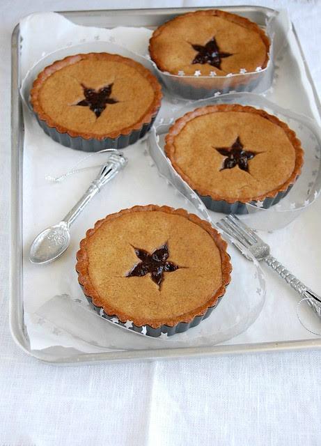 Gingerbread linzer tartlets / Tortinhas linzer de gingerbread