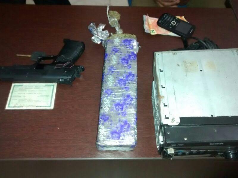 Arma de brinquedo estava no veículo roubado (Foto: Divulgação / Guarda Civil Municipal)