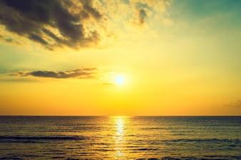 Resultado de imagen para sale el sol sobre el mar