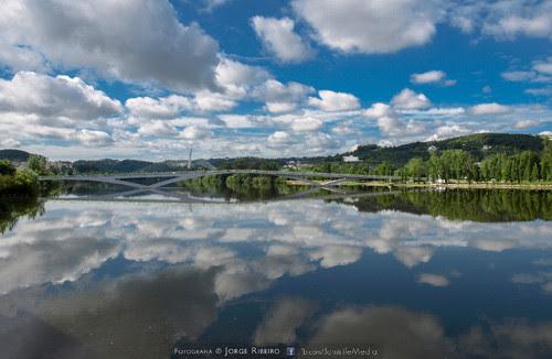Reflexo do céu no Rio Mondego em Coimbra. Reflection of the sky in the Mondego River in Coimbra