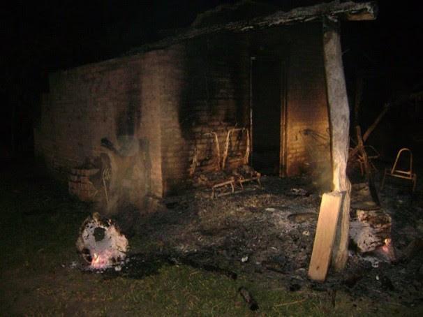 Incêndio destruiu casa de Rubem Sales, presidente da Associação dos Retireiros do Araguaia. Foto: Arquivo Pessoal