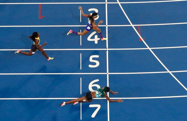 Shaunae Miller dives over the finish line to win the gold medal