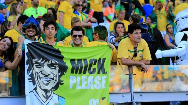 Torcedores brasileiros exibem banner em que pedem a torcida de Mick Jagger... para a Argentina