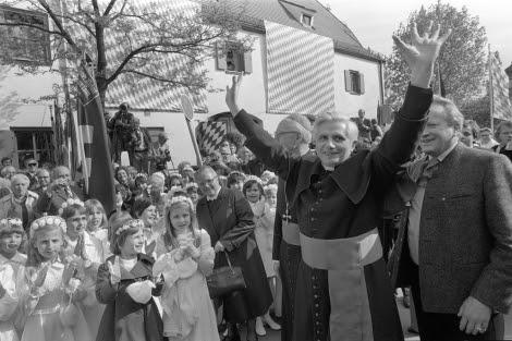 Benedicto XVI, en 1977, cuando era arzobispo de Munich y Freising. | D. Endlicher