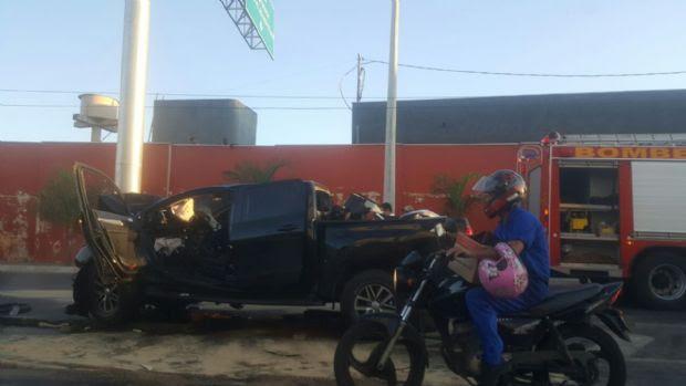 Filho de deputado fica preso entre as ferragens após bater em poste na avenida Miguel Sutil;  vídeo