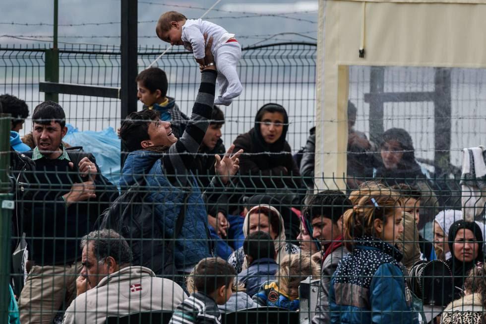 Refugiados en Turquía detenidos mientras intentaban alcanzar la costa griega.