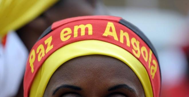 Una mujer se manifiesta por la paz en Angola./AFP