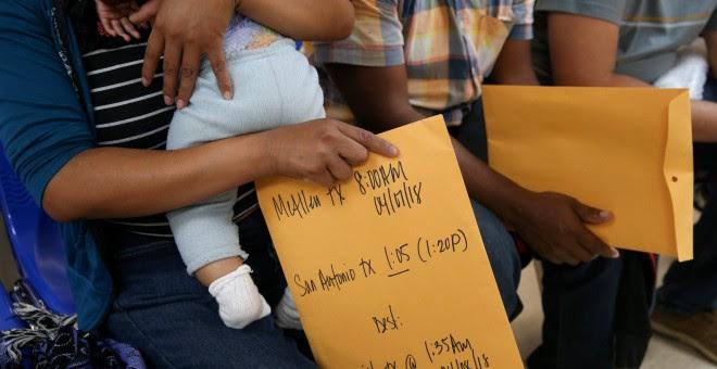 Los migrantes indocumentados esperan ayuda con el transporte en autobús para viajar a otros lugares en los EE. UU./Reuters
