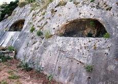 λαξευτοί τάφοι (αρκοσόλια); απ' το εκτεταμένο νεκροταφείο της αρχαίας Αμβρόσσου