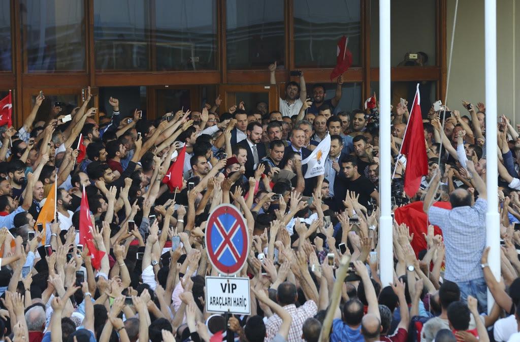 Il presidente Recep Tayyip Erdoğan è riapparso all'alba fuori dall'aeroporto Atatürk di Istanbul circondato da una folla di persone che festeggiano il fallimento del golpe.  - Huseyin Aldemir, Reuters/Contrasto