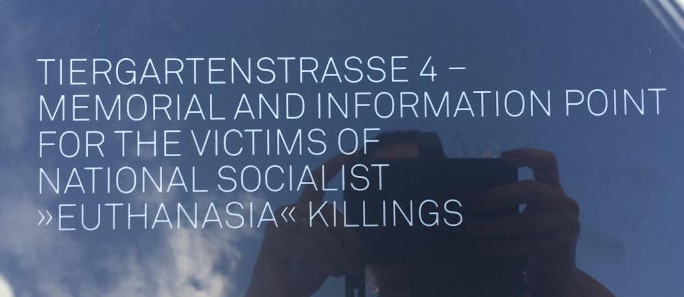 """Em ingles, Tiergartenstraße 4 - memorial e ponto de informação para as vítimas dos assassinatos """"eutanásia""""do nacional socialismo."""