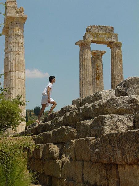 Νεαρός (ως Αρχαίος) Έλληνας Αθλητής ανεβαίνει τις βαθμίδες του Ναού του Διός του 330 π.Χ