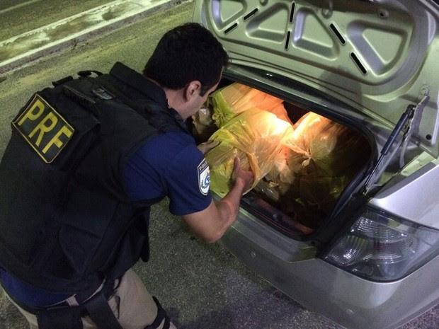 A droga foi encontrada dentro do porta-malas de dois veículos. (Foto: Foto: PRF-CE)
